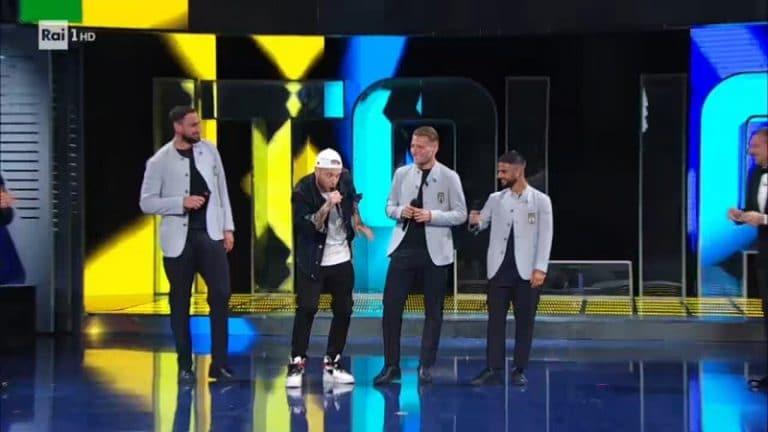 Video: Italian EM-joukkue julkistettiin hämmentävässä show'ssa – pelaajien räppiä, paistinpannutennistä ja kuorolaulua