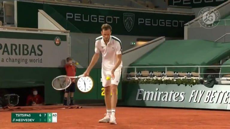 Video: Uskomaton loppu Ranskan avointen puolivälierälle – Daniil Medvedev tuhersi ottelupallon hämmästyttävällä tavalla