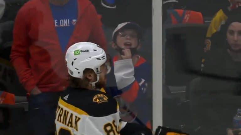 Video: Pieni Islanders-fani mesosi ja yritti ihon alle – David Pastrnak kuittasi huutelut antamalla mailan