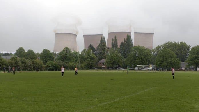 Rugeleyn voimalaitoksen tornit romahtavat kesken jalkapallo-ottelun / Pallomeri.net