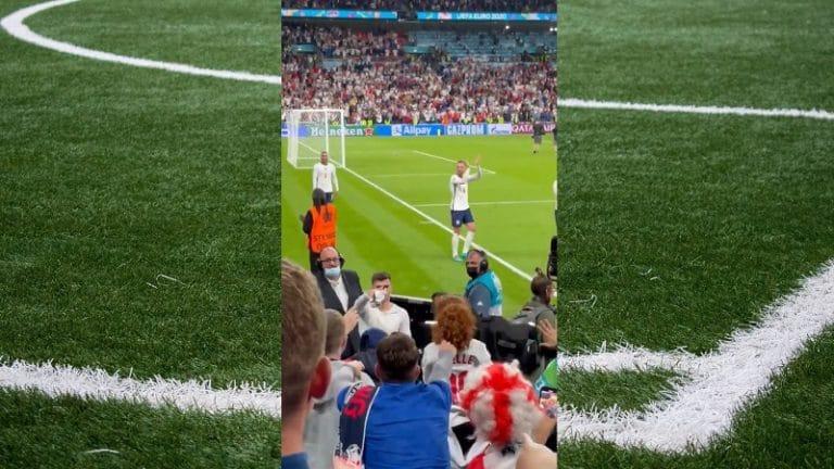 Video: Kaunis hetki Englannin voitonjuhlissa – Mason Mount antoi pelipaitansa lapselle, reaktio sulattaa sydämet