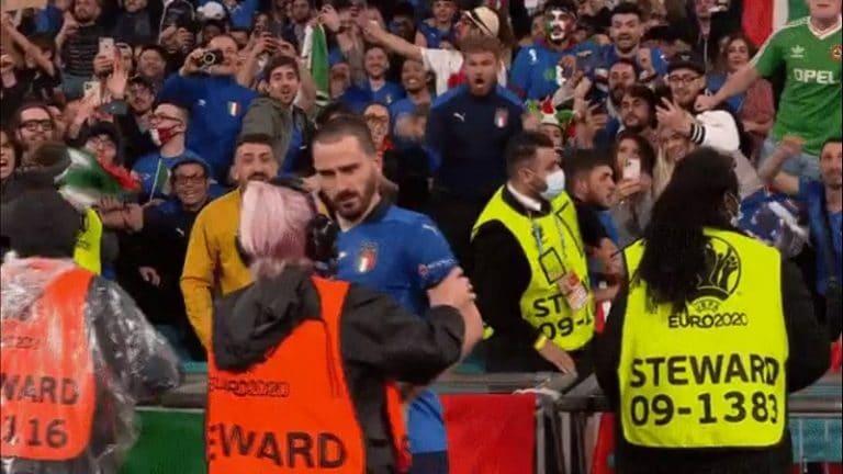 Video: Huvittava tilanne voitonjuhlissa – järjestyksenvalvoja luuli Italian pakkia kentälle pyrkiväksi faniksi