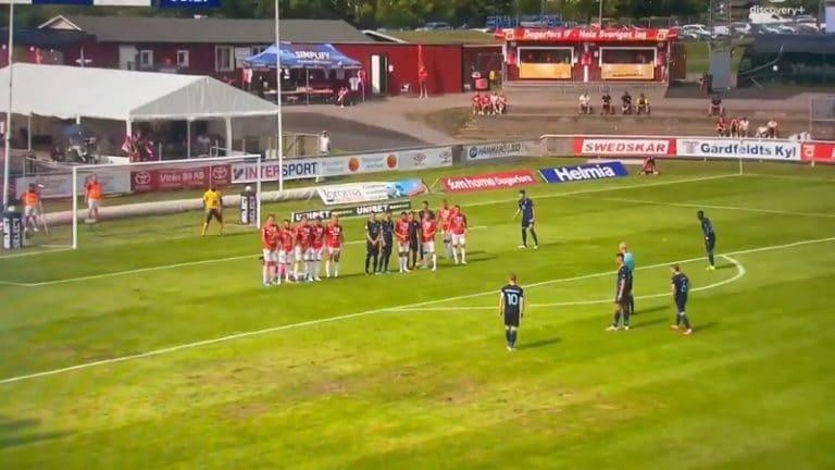 Video: Allsvenskanissa nähtiin hervottoman huono vapaapotku – Malmö-pelurilta lähti säälittävä lääpäisy