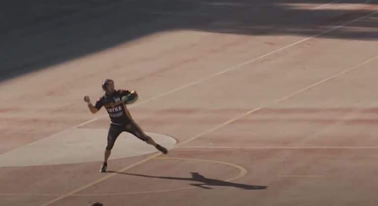 Klassikkovideo:  Toni Kohonen teki fantastisen polton – nappasi pallon paljaaseen käteen ja heitti toiselle puolelle kenttää