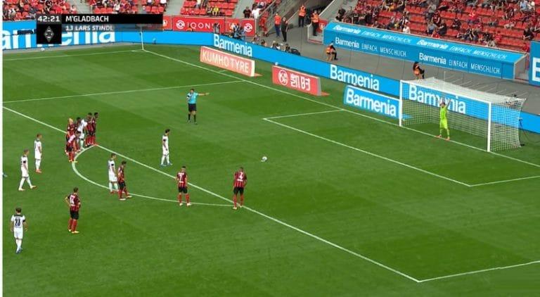 Video: Lukas Hradecky nappasi rankkarin upeasti kiinni Mönchengladbachia vastaan