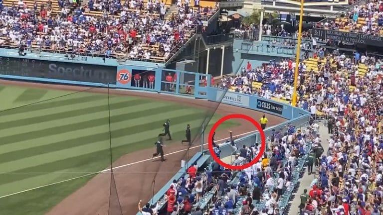 Video: Katsoja juoksi kentälle MLB-matsissa – Dodgersin pallotyttö antoi lennokkaasti runtua