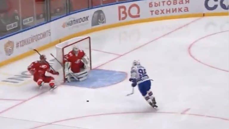 Video: KHL-pelaaja heitti koomiset nilkkarallit – omissa kolisi välittömästi