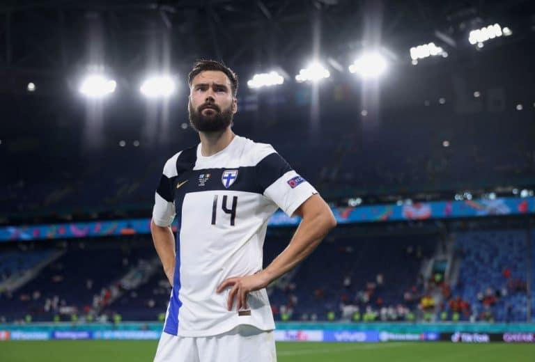 """Huuhkajien kapteeni Tim Sparv teki kovan kannanoton Qatarin MM-kisoista – """"Olisimme ehkä jopa voineet pelastaa ihmishenkiä"""""""