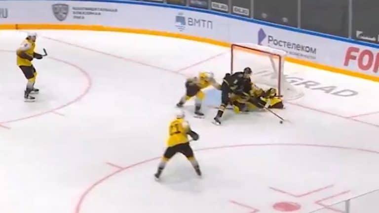 Video: Komea taidonnäyte KHL:ssä – Admiral-hyökkääjä antoi huikean no-look -passin