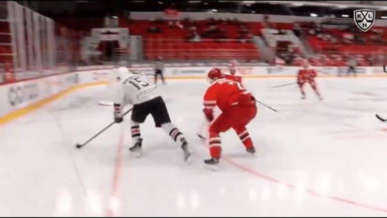 Video: Hävytön häkki KHL:ssä – Magnitogorskin pelaaja laukoi miinuskulmasta veskarin pään kautta sisään