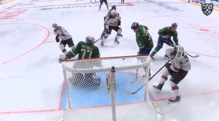 Video: Juha Metsola yllätettiin koomisella tavalla – Kazan-peluri puski reboundin vahingossa sisään
