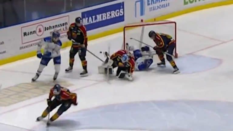 Video: Tuomarifarssi SHL:ssä – Leksandin pelaaja sai jäähyn, kun hänet työnnettiin maaliin ja pää lyötiin rumasti jäähän