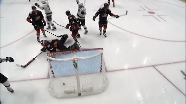 Video: Koomista räpiköintiä NHL:n preseasonilla – Ducks-vahdin luistin petti pahalla hetkellä