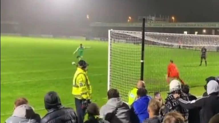 Video: FA Cupissa nähtiin hervoton rankkari – Yeovil Townin pelaaja tykitti järjestysmiestä päähän